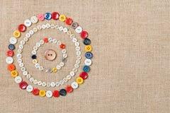 Les cercles de la couture colorée se boutonne avec l'espace de copie Image libre de droits