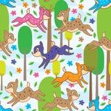 Les cerfs communs sautent le modèle sans couture de forêt Photographie stock