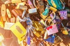 Les châteaux symbolisant l'amour éternel, beaucoup de châteaux accrochent sur le pont en fer, pont de l'amour, conceptuel Photos libres de droits