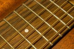 Les chaînes de caractères de guitare se ferment vers le haut Images stock