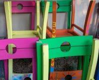 Les chaises colorées verdissent, dentellent, bleu, jaune, orange image libre de droits
