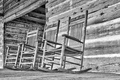 Les chaises de basculage en bois reposent le ralenti sur un porche Photos libres de droits