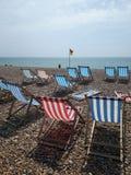 Les chaises de plate-forme attendent des sunseekers photographie stock libre de droits
