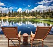 Les chaises de plate-forme en bois confortables Photographie stock libre de droits