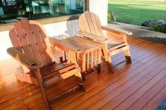Les chaises en bois de Brown avec la table ont placé sur le plancher en bois chez Chaola photos stock