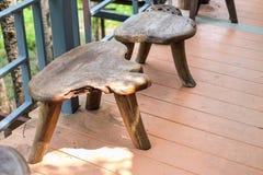Les chaises en bois de Brown ont placé sur le plancher en bois pour le fond ou le te photos libres de droits