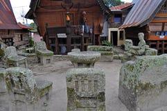 Les chaises en pierre d'Ambarita où les aînés tribals ont tenu le conseil. Images libres de droits