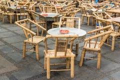 Les chaises et les tables en bambou vides dans le ` s de personnes garent le salon de thé antique Chengdu Photos libres de droits