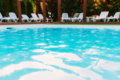 Les chaises longues s'approchent de la piscine Photo stock