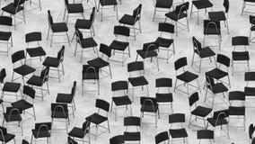 Les chaises noires de cuir et d'acier sur le bois sans couleur ont couvert de tuiles le plancher Image libre de droits