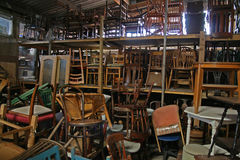 Les chaises ont empilé la haute Photos stock