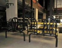 Les chaises ont incorporé à une table à un centre commercial image stock