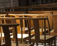 Les chaises ou les bancs dans l'église exprime la solitude et l'anticipation photos stock