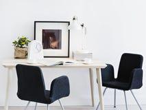 Les chaises s'approchent de la table de travail dans la chambre images libres de droits