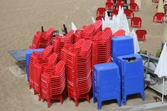 Les chaises se tiennent sur la plage à côté de la mer Images libres de droits