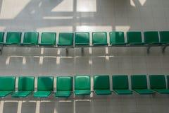 Les chaises vertes sont alignées en de vue supérieure Image libre de droits