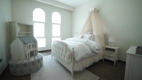 Les chambres à coucher élégantes de conception intérieure avec le brun ont modelé des oreillers sur le lit et Tulle banque de vidéos