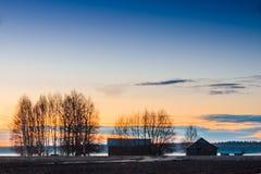 Les Chambres de grange dans la brume de printemps Photos libres de droits