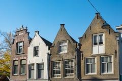 Les Chambres faites un pas de pignon dans la rue ont appelé Varkenmarkt Dordrecht Les Pays-Bas photo stock