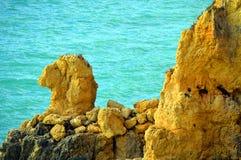 Les chameaux spectaculaires de formations de roche de Ponta DA Piedade se dirigent Images stock