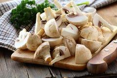 Les champignons de couche frais de champignons de paris ont découpé l'ââ en tranches Images stock