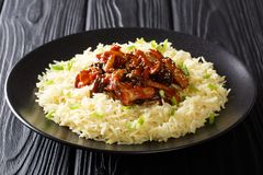 Les champignons de shiitaké vitrés par nourriture asiatique organique avec les graines de sésame ont servi avec le plan rapproché image libre de droits