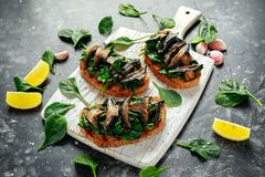 Les champignons et l'ail ont fait sauter des pains grillés d'épinards avec des cales de citron Nourriture saine Images stock