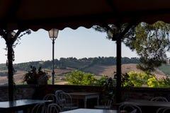 Les champs ruraux moyens de vacances d'été de l'Italie demandent les collines tendres Image libre de droits