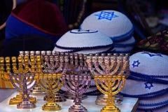 Les chandeliers du menorah sont or et argent Le kipa coloré multi tricoté sont vendus sur le marché à Jérusalem photographie stock libre de droits