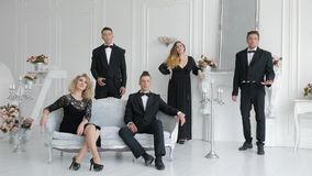 Les chanteurs chantent dans la chambre de luxe banque de vidéos