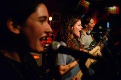 Les chanteurs de Hinds (bande également connue sous le nom de cerfs communs) exécute au club de Heliogabal Image libre de droits
