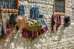 Les chapeaux azerbaïdjanais de souvenirs de Tradional et l'habillement tricoté se sont vendus dans la rue de Huseynov, la vue sur image stock