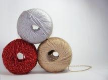 Les chapeaux de laine avec de l'argent et l'or scintillent sur le fond blanc Photo stock