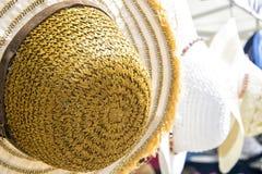 Les chapeaux de paille femelles d'été se trouvent sur le marché en plein air local - l'été femelle coloré hats-2 Image stock