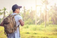 Les chapeaux de vêtements pour hommes, lunettes de soleil ont lancé le sac à dos prêt à voyager la semaine photo stock