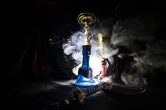 Les charbons chauds de narguilé sur le shisha roulent avec le fond noir Shisha oriental élégant Images libres de droits