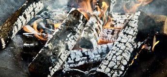 Les charbons chauds et carbonisé ouvre une session un feu de BBQ photographie stock