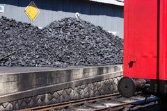 Les charbons de la vieille locomotive. Ancienne locomotive avec du charbon Stock Image