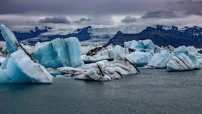 Les charges des icebergs étonnants flottant dans la lagune photos stock