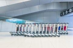 Les chariots de bagage à l'aéroport de Suvanaphumi Photos libres de droits