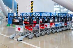 Les chariots de bagage pour le service de passagers dans l'aéroport de Kansai Photos libres de droits