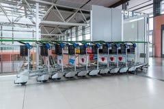 Les chariots de bagage pour le service de passagers dans l'aéroport de Kansai Photographie stock libre de droits