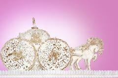 Les chariots de cheval faits de sucre collent le rose de fond de massepain Photographie stock