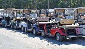 Les chariots de golf attendent dessus beaucoup la rénovation image stock