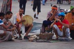 Les charnmers de serpent amusent des touristes dans la place principale de Marrakech, Jem Photo libre de droits