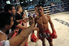Les chasseurs concurrencent dans une allumette de boxe thaïe image libre de droits