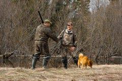 Les chasseurs se serrent la main images libres de droits