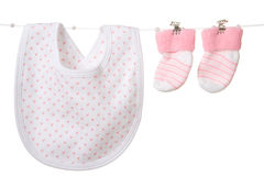 Les chaussettes et le bavoir du bébé Image stock