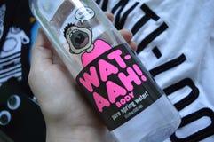 Les chaussettes fraîches de T-shirt d'anti-regard de bouteille de WAT-AAH refroidissent le phonecase Image stock