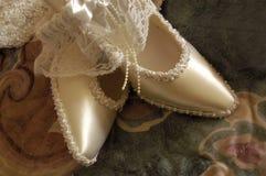 Les chaussures les épousant nuptiales de jeune mariée de chaussures d'ensemble se ferment  photographie stock